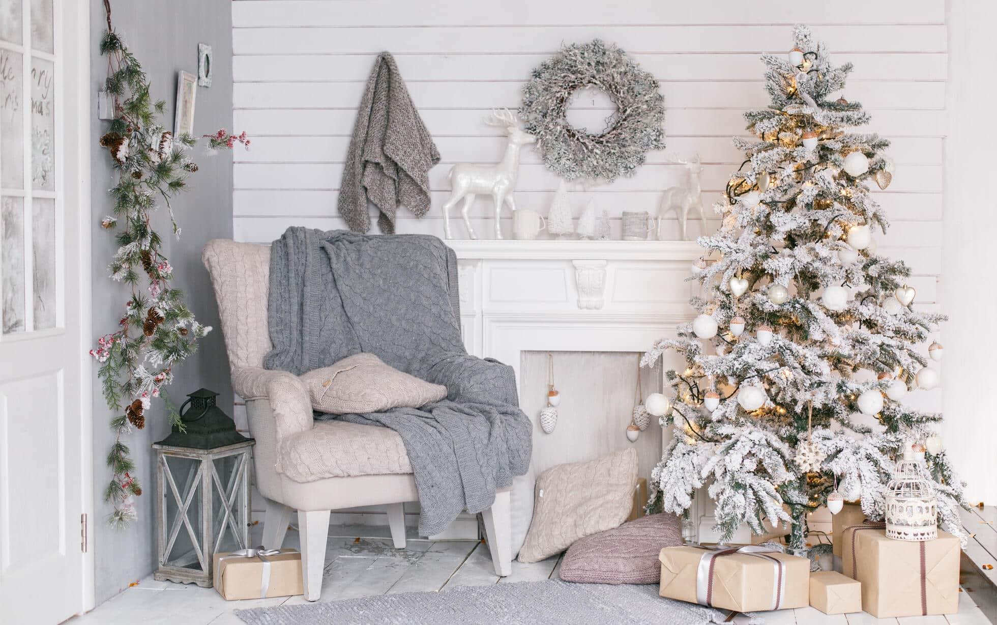 Comment décorer un sapin de Noël blanc floqué ?
