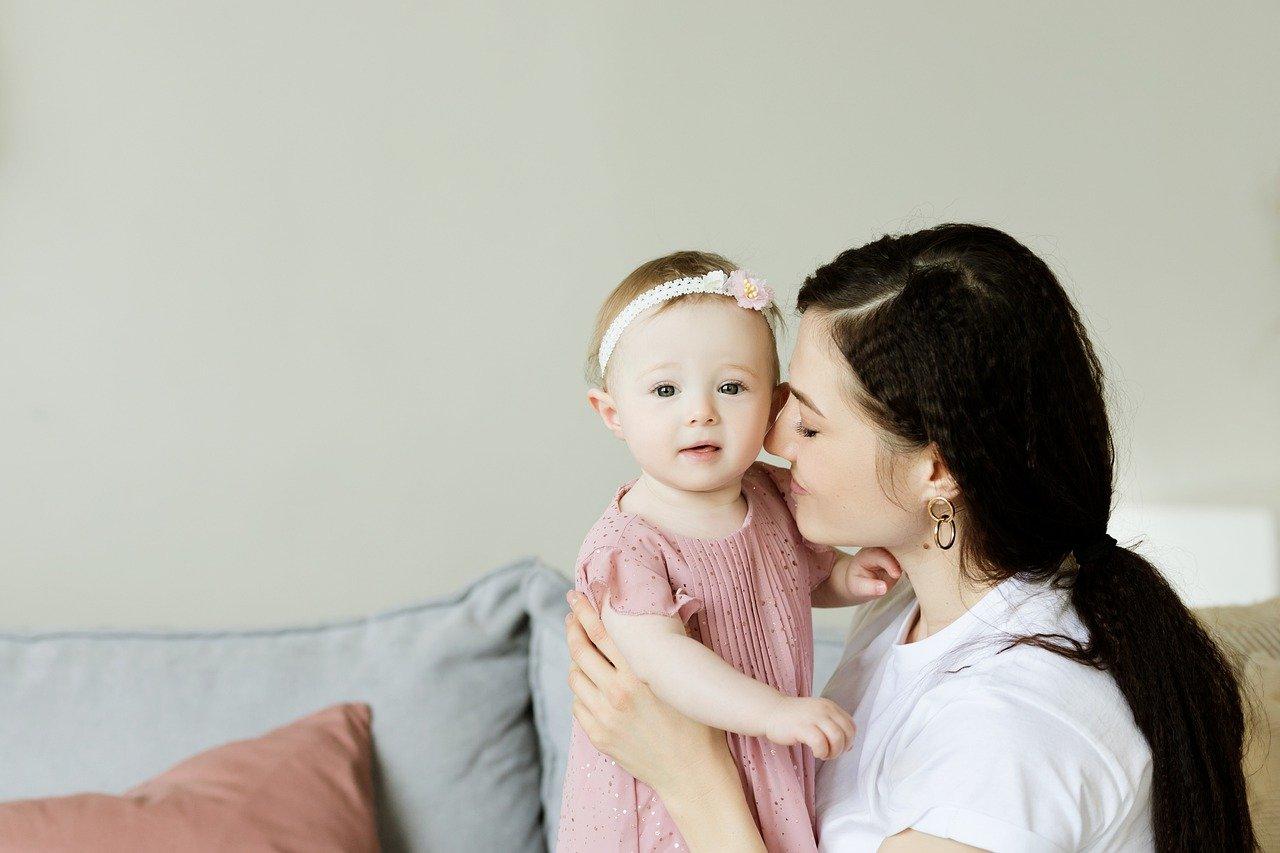 Une jeune maman et son enfant