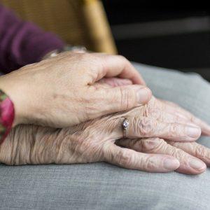 Des mains de personnes agées